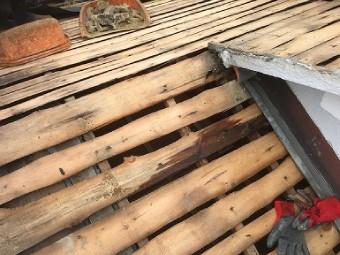 葺き土、防水紙が撤去された屋根