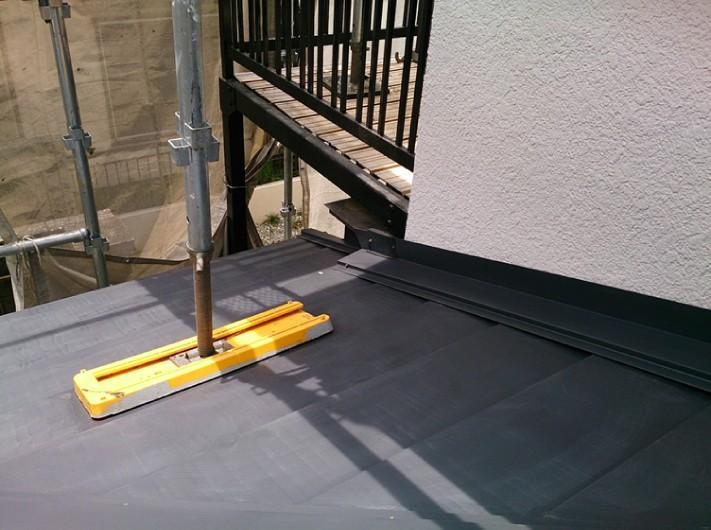 外壁との取り合いには水切り金具を設置