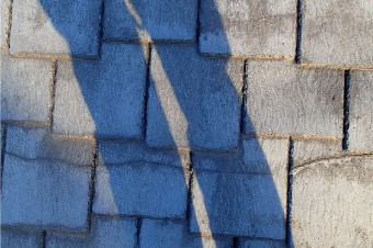 経年劣化し、ひび割れが見られるアーバニー屋根材