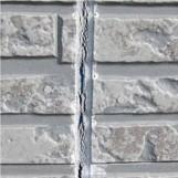 ひびの入った外壁の写真