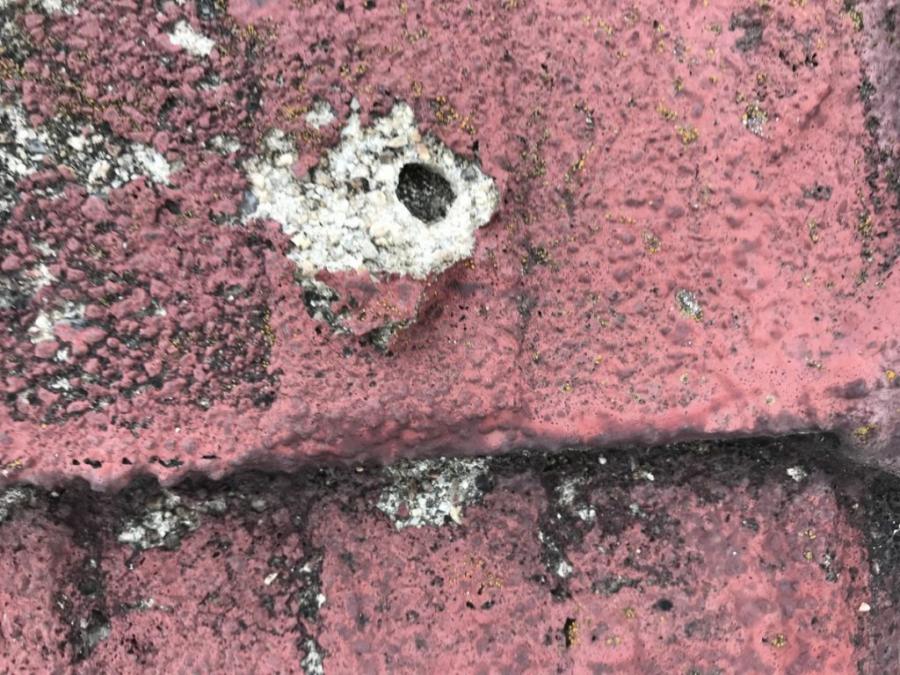 セメント瓦劣化による穴
