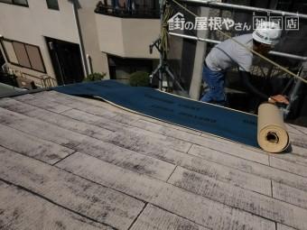 剥離紙を外しながら、ルーフィングを屋根に敷きこんでいきます。