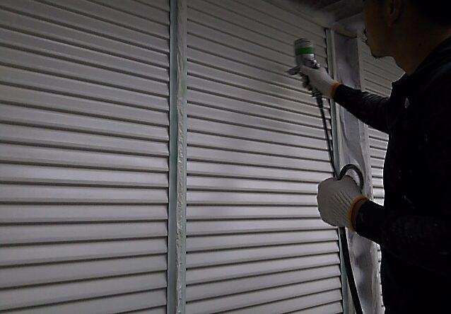 雨戸の吹付塗装
