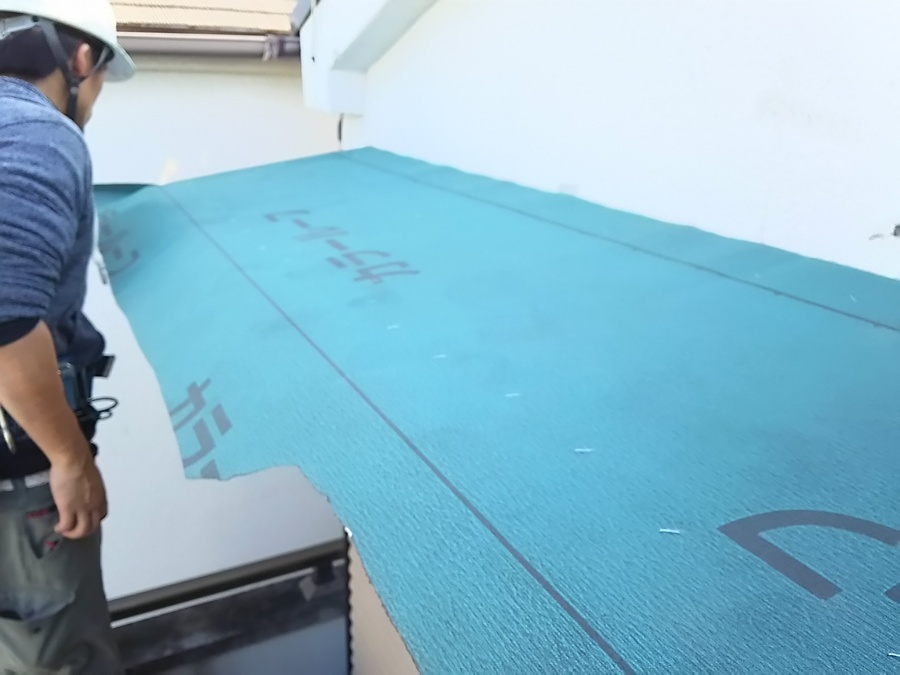 下地が出来たら、防水シートと敷き込みます。