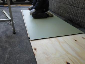 新しい屋根となるガルバリウム鋼板を加工していきます。