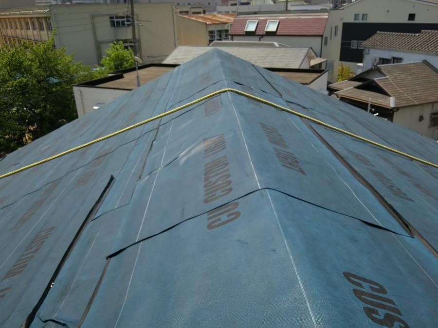 流れの下から、上まで重ねながら貼りこみ、頂点も上からふさぎます。