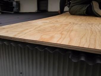 上に乗って作業をするときは敷板を敷き抜けないように気を付けます。