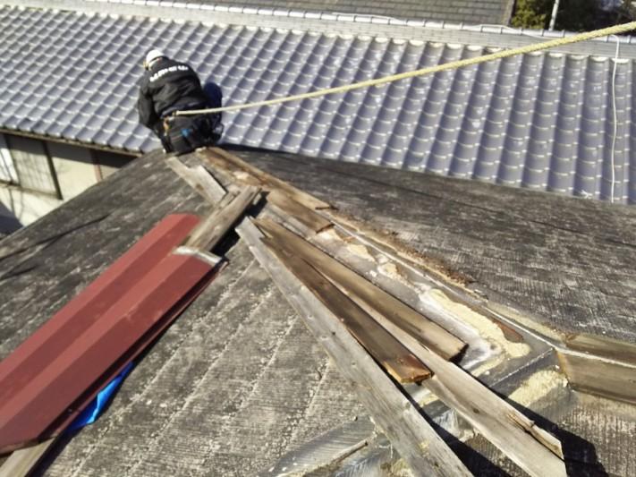 棟板金工事 軒先の作業時はロープを付け安全に作業を行います。
