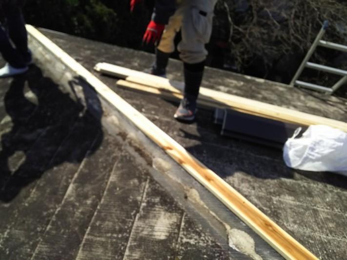 新しい棟下地貫板を取付ます。