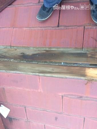 雨の吹きこみにより、貫板が傷んでいます。