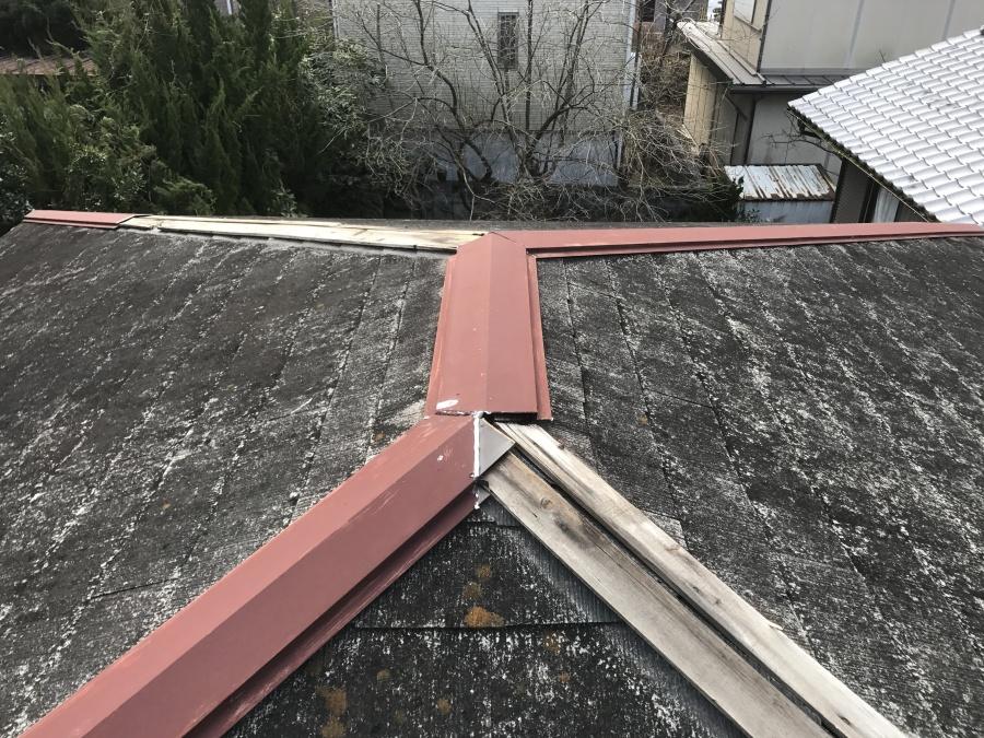 屋根現状、棟板金の飛び