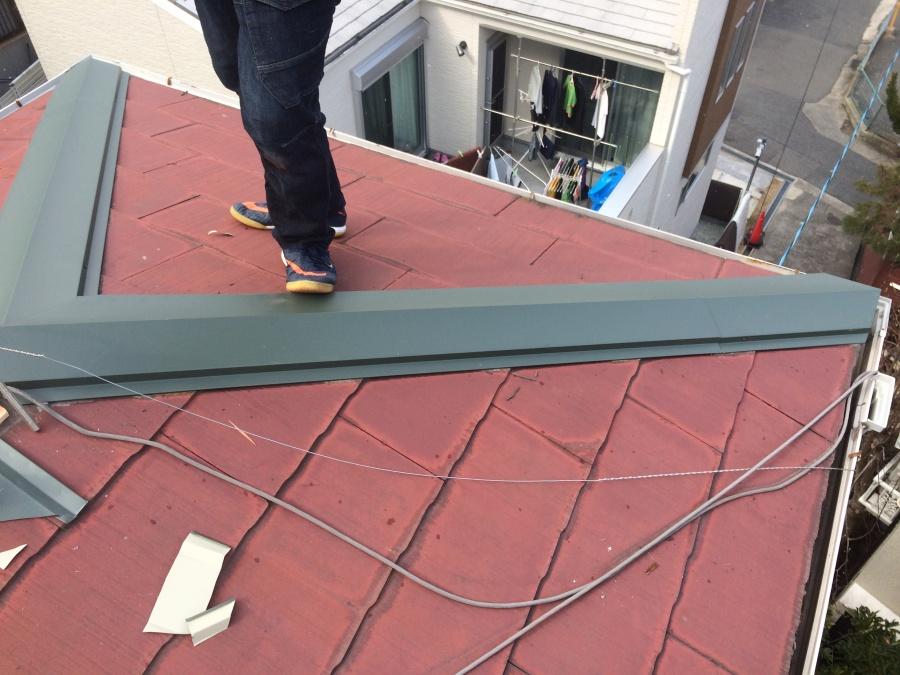 棟板金を横から貫板に取り付け