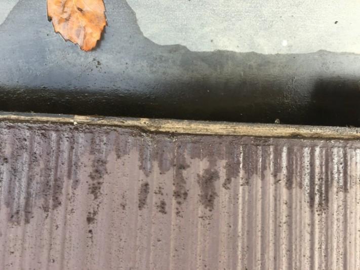 屋根の谷板金、軒の掛かりが少なすぎて雨漏り、野地が見えている状態です。