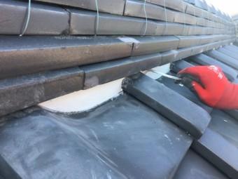 屋根のし瓦下の漆喰詰め直し作業