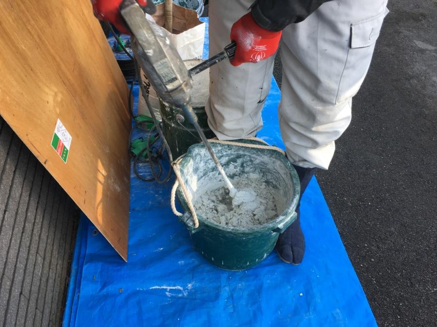 漆喰と水を混ぜている様子