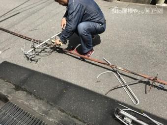 屋根から降ろしたアンテナを解体していきます。