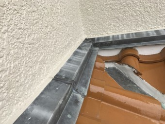 壁際から雨水の浸入を防いでくれる雨押え板金です