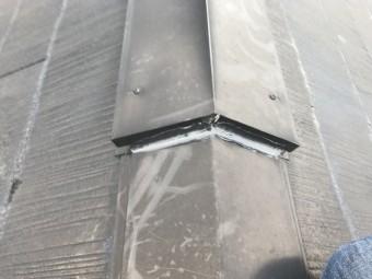 屋根の棟部分にコーキング剤で補修
