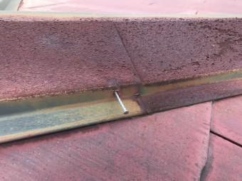 棟板金は釘が浮いていました。