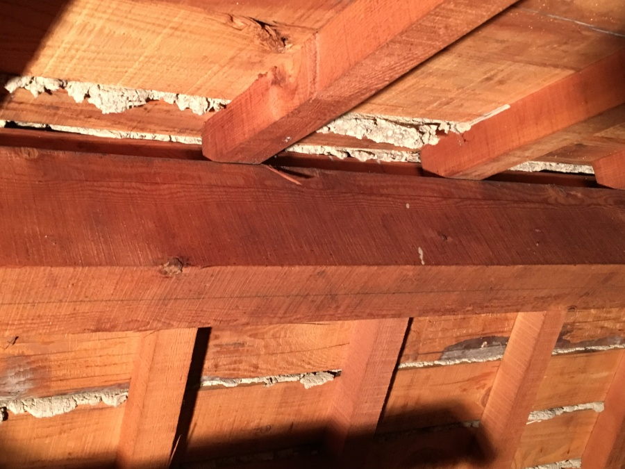 屋根裏の雨染み