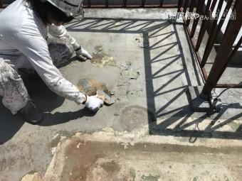 浮きや剥がれが見られる旧塗膜をケレンして下地の不陸を少なくします。