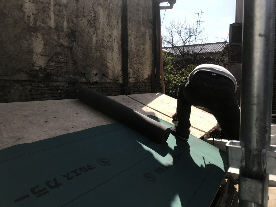 屋根の防水シートを敷き込みます。