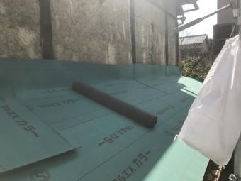 壁際は立ち上げて防水シートを施工します!