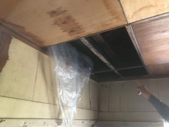 神戸市雨漏りにより天井が抜けています。
