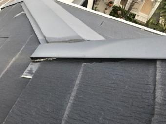 ケラバ際の屋根材が割れています。