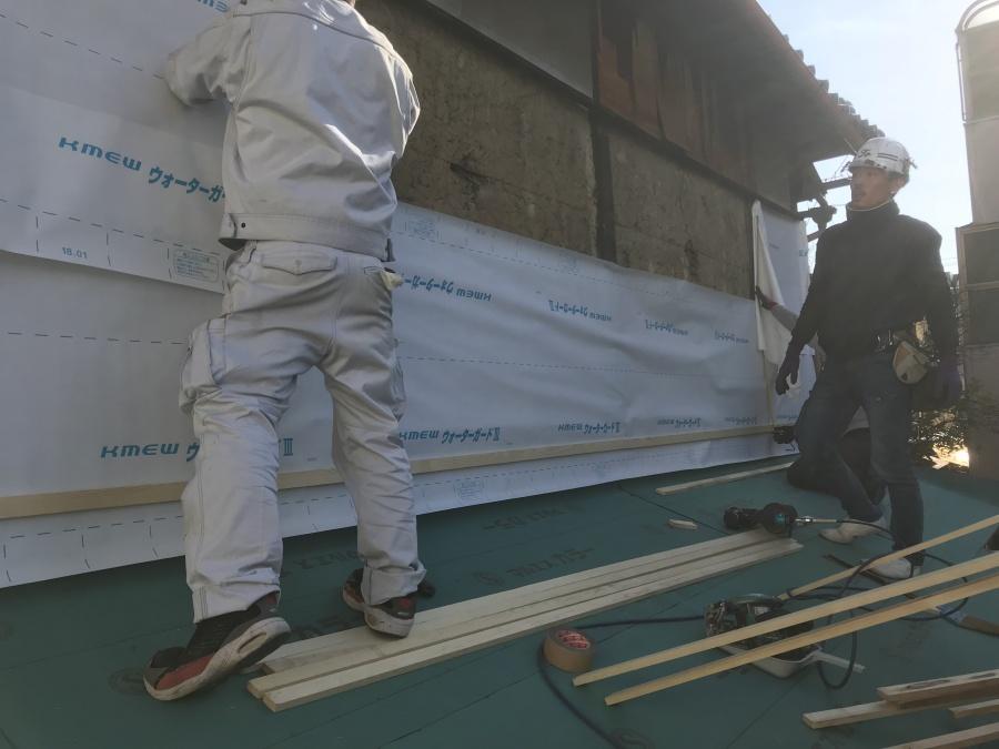 外壁に透湿防水シートを貼ります。