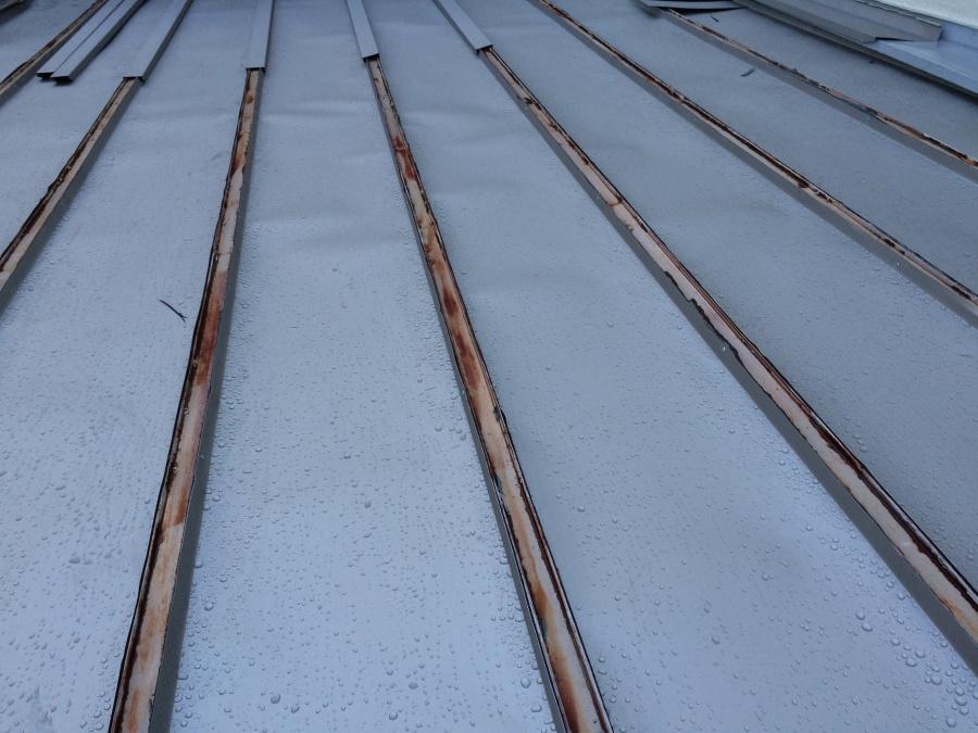 瓦棒の幅に合わせて加工したガルバリウム鋼板を施工しています!