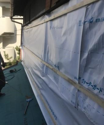その上から新しい外壁を張るための下地を胴縁で組みます。