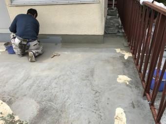 立上りから塗布していきます。