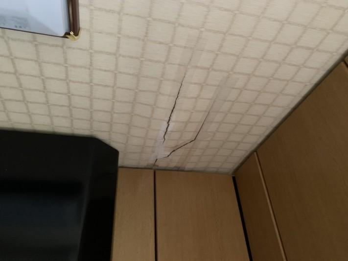 屋根修繕前に雨漏りが発生し天井の壁紙が破れています。