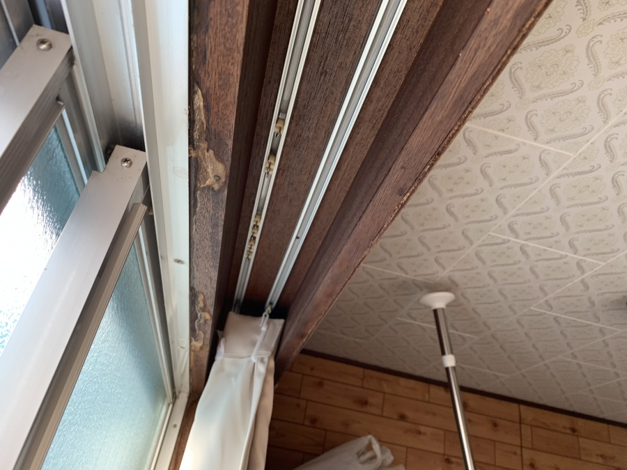 屋根修繕前の3階居室の雨漏りしている窓部分