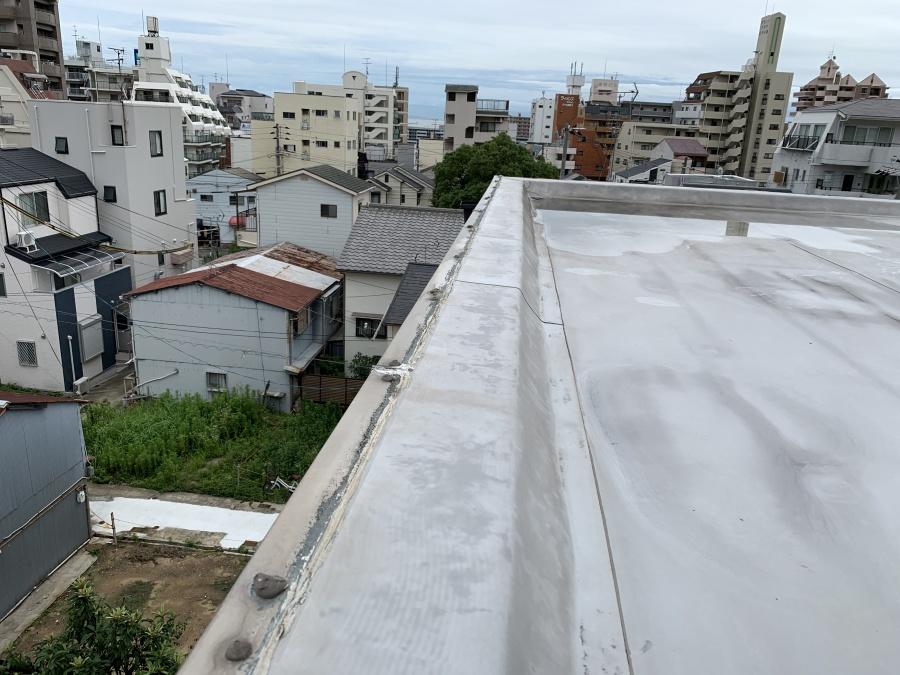 屋根修繕で屋上の端部はステンレスのアングル材で防水を固定