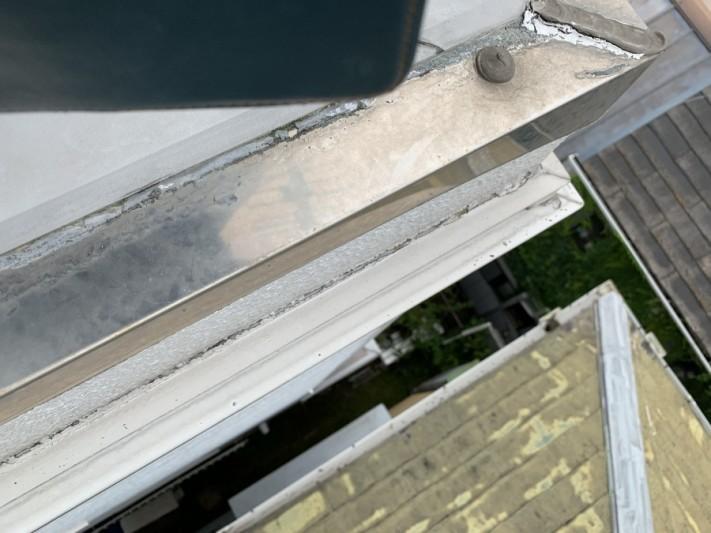 屋根修繕前には外壁の見切り材とALC外壁の間が完全にすいてきています。