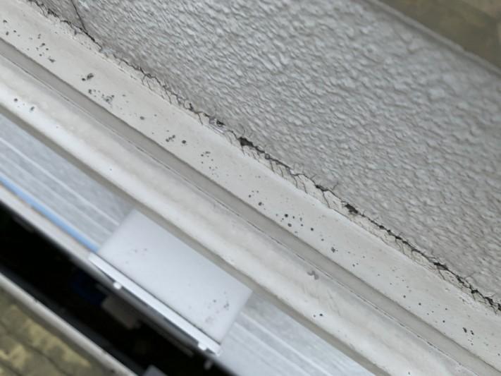 屋根修繕前には外壁の見切り材とALC外壁の間のシーリングの切れ。