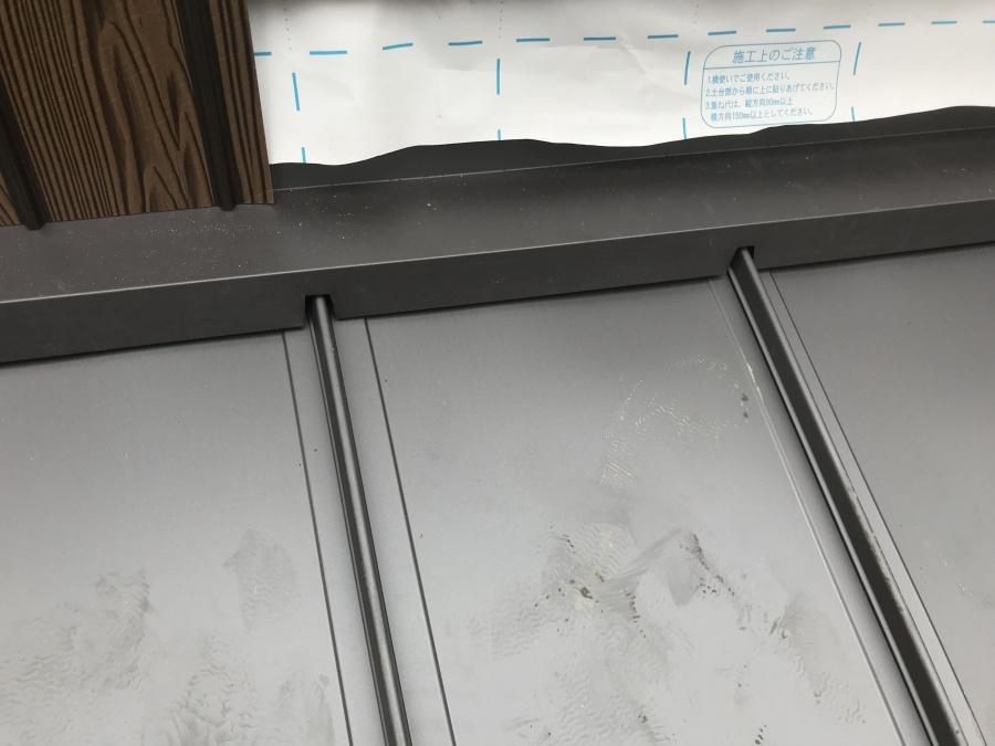 屋根と壁との取り合い部は雨押え板金を取り付けます。