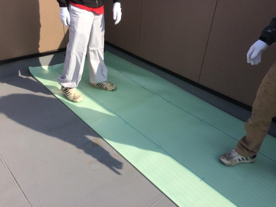 雨漏り防水工事で絶縁シート敷設