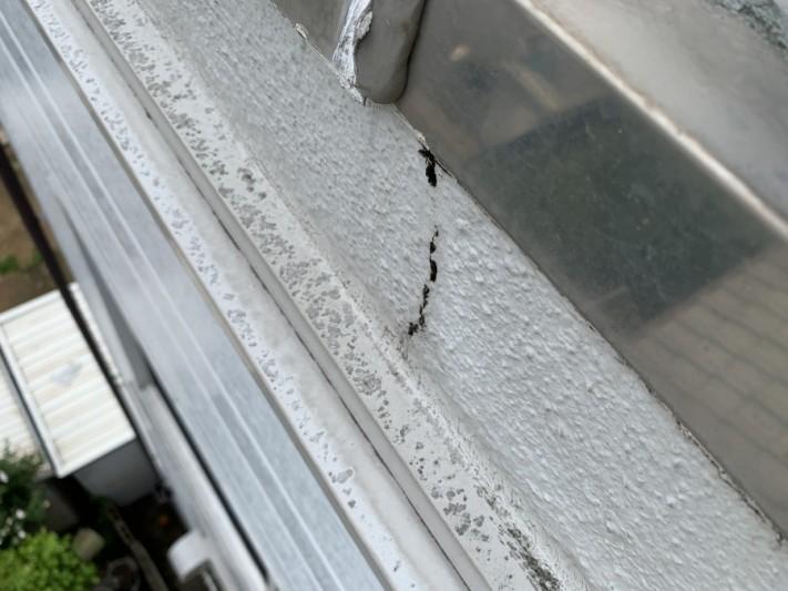 屋根修繕前にはALC外壁にはひび割れも発生