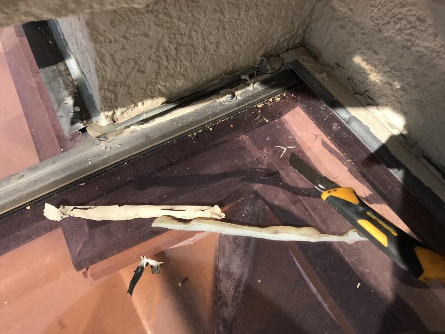 テラスと壁の取り合いのシーリング材を撤去していきます。