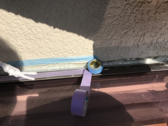 マスキングテープを使い、シーリング箇所を養生します。