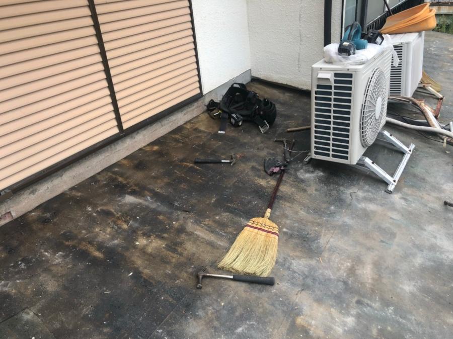 かわらU屋根の葺き替えを着工致しました。屋根の清掃