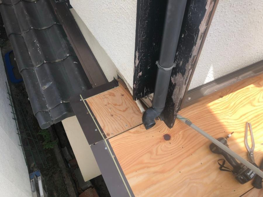 かわらU屋根の葺き替えを着工致しました。屋根端部 唐草水切取付