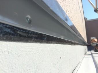 塩ビ鋼板を立上り端末に取り付けます。