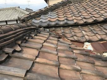 棟の下のおいあて瓦の様子がへんです。