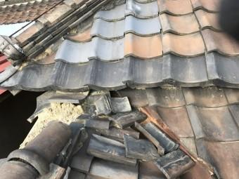トイレ上の屋根は棟が崩れていました。