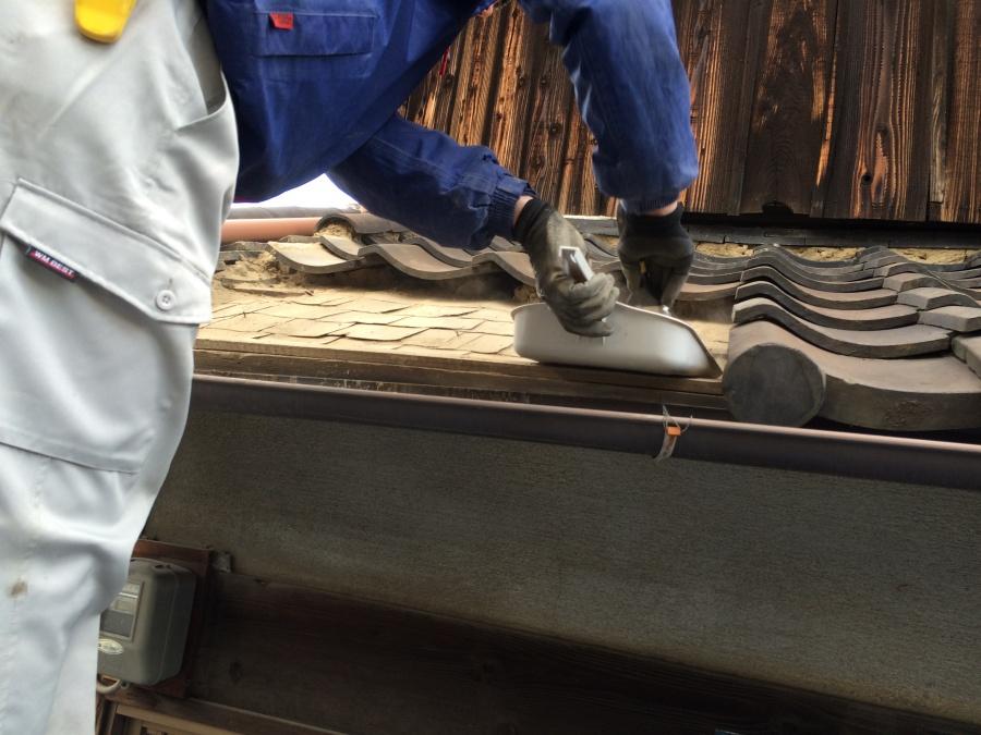 土葺きの屋根、葺き土の撤去清掃