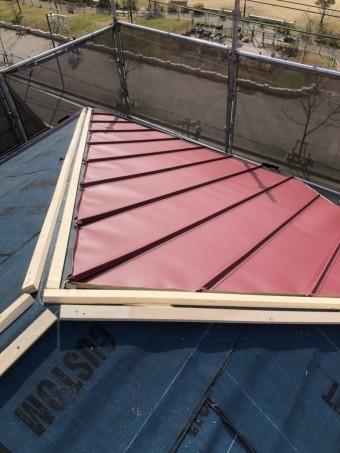 屋根の形にカットし現場に合わせていきます。